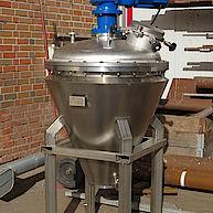 Feststoffmischer mit konischem Behälter / Solid mixer with conical vessel